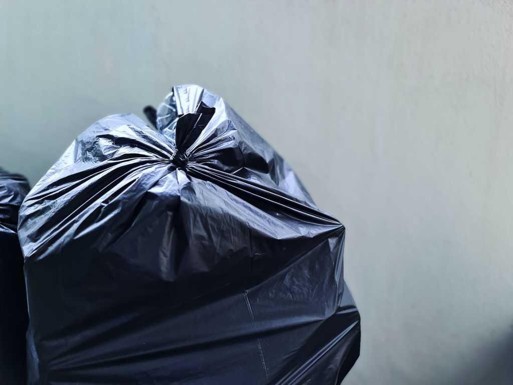 Black bin bag with rubbish Betaskips